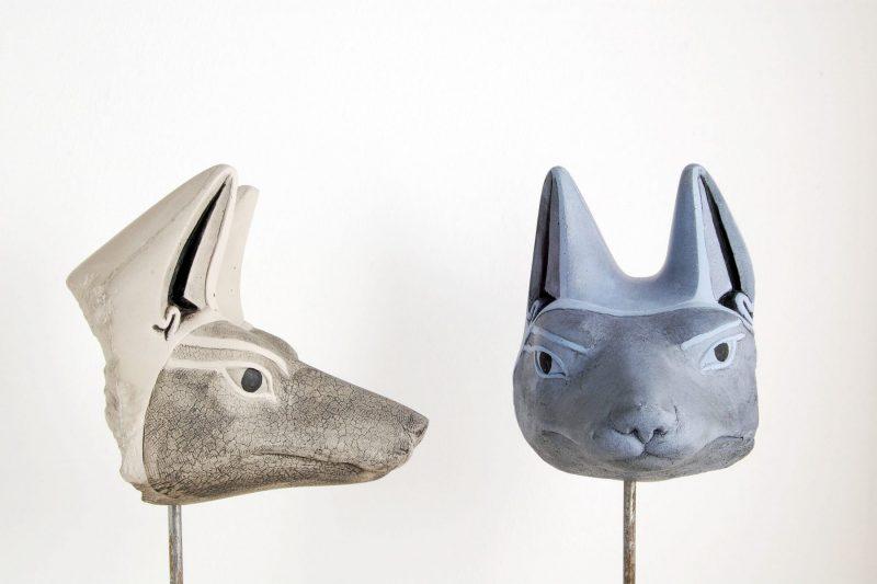 Schakalskoopf,  Steinguss, bemalt, grau oder blau, H 15,5cm, L 16cm, Höhe mit Ständer 30cm, 195,-€