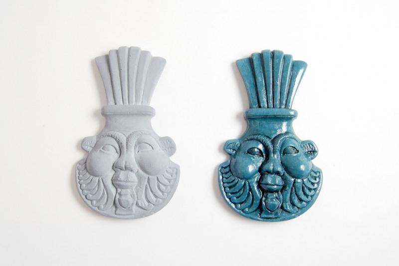 Bes Amulett, H 10,5cm, B 6,5cm. Steinguss, 25,-€. Steinguss, bemalt und glasiert, 35,-€