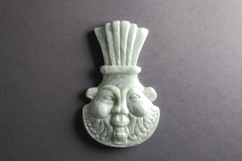 Bes Amulett Speckstein, H 10,5cm, B 6,5cm (Preis auf Anfrage)