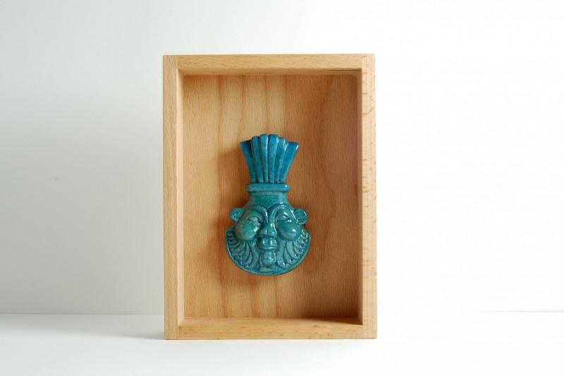 Bes Amulett Steinguss, bemalt und glasiert, H 10,5cm, B 6,5cm, im Holzrahmen 20cmx15cm, 82,-€