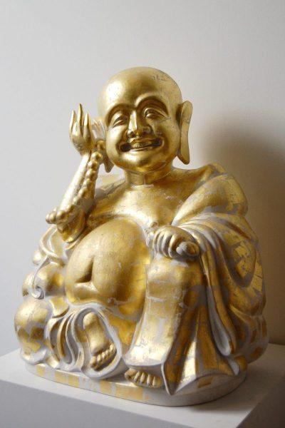 Der Buddha steht heute in der Dauerausstelung China. Er wird von den Besuchern des Museums mit Blattgold vergoldet.
