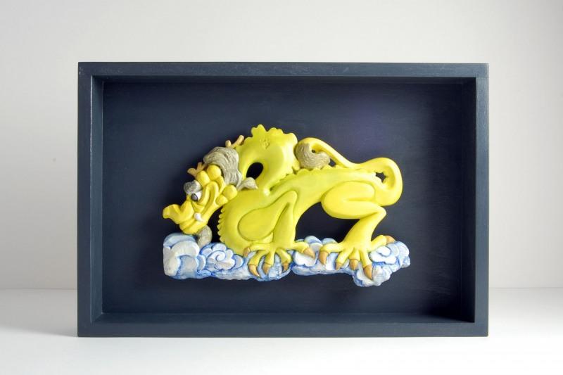 Drache Steinguss, bemalt, H 20cm, B 30cm (inkl. Holzkasten), 160,-€