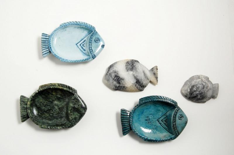 Schwimmende Fische, verschiedene Materialien und Größen