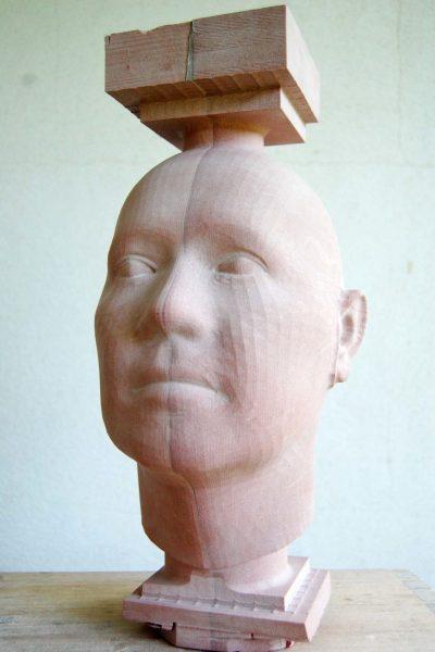 Aufgrund der berechneten Daten entstand zuerst ein gefräster, noch sehr schematischer Kopf