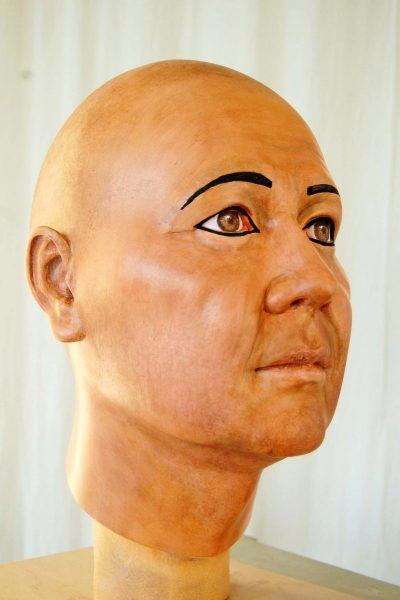 Die Bemalung ist abgeschlossen, inklusive der damals auch für Männer typischen Augenschminke