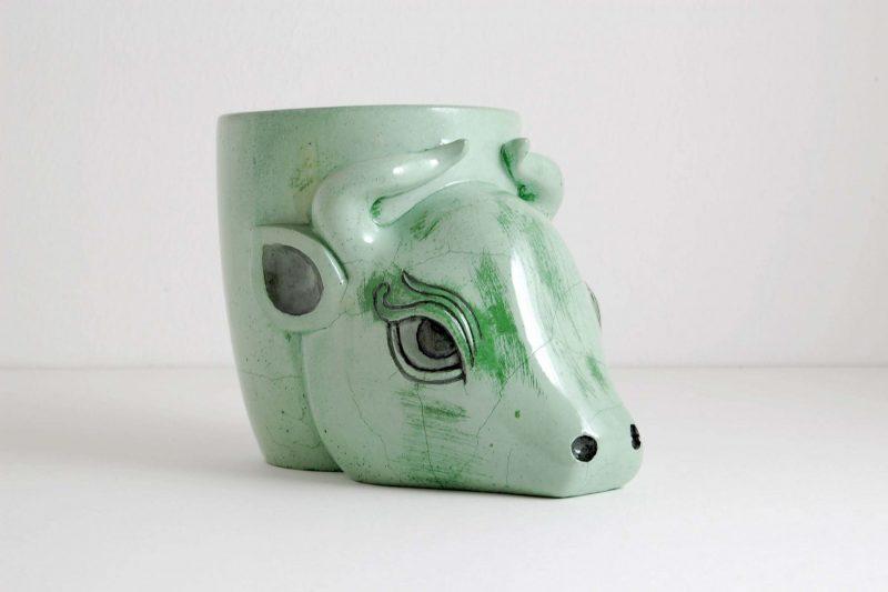 Stierkopf Steinguss grün, bemalt und glasiert, H 10,2 cm, L 13,5 cm, 165,-€