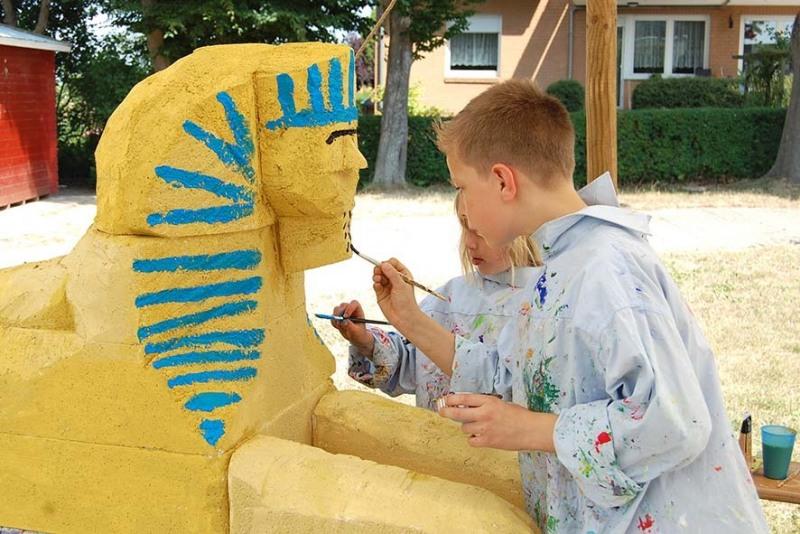 Ferienspiele Barntanien - Konzentriert bei der Sache: die Kinder bemalen eine selbst erstellte Sphinx-Figur