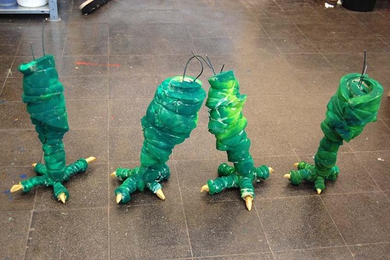 Workshop zum Drachenbau bei den Ferienspielen Barntanien: beeindruckende Füße sind bereits fertig