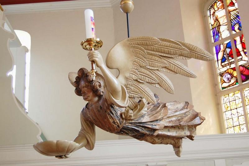 Er fliegt wieder: Rekonstrukierter Taufengel in der Kirche von Odagsen